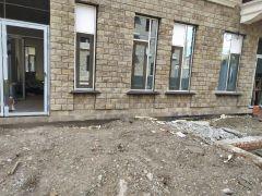 ГК «Стимэкс» заканчивает установку гранитных подоконников на ЖК «Новоостровский» в Красноярске.