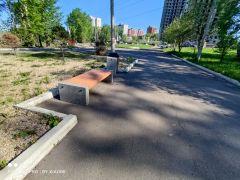 ГК Стимэкс выставила отреставрированные скамейки и урны на территории озера-парка Западный.