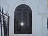 У главного входа на прихрамовую территорию храма Рождества Христова (г. Красноярск) установлена памятная доска с именами меценатов